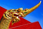 Thaïlande abstraite drake bois croix incision toit rouge wat — Photo