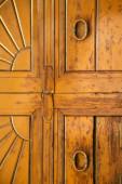 wood door venegono  varese  — 图库照片