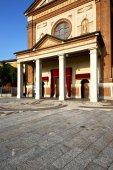 church  in  the parabiago   sidewalk italy  lombardy     — Fotografia Stock