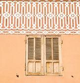 Finestra in Marocco arancione della costruzione wal di mattoni storico — Foto Stock