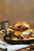 Pakhlava - traditionelle orientalische süß mit Honig, Nuss und Rosinen — Stockfoto
