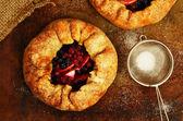 Domowe ciasta otwarte lub galette z jabłek i jagód mix — Zdjęcie stockowe