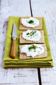 Rye loaves sandwich with homemade cottage cheese cream — Stock Photo