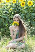 Krásná dívka s slunečnice — Stock fotografie