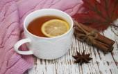 Tasse heißen Tee mit Zitrone und Schal — Stockfoto