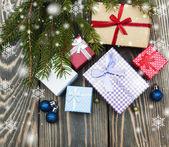 Julgranar med högen av presentförpackning — Stockfoto