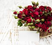 Red roses in basket and greeting card — 图库照片