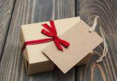 Vintage gift box package with blank  tag — Stockfoto