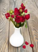 Rosas rojas en florero — Foto de Stock