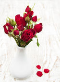 Red roses in vase — Stock Photo