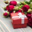 Red roses and gift box — Stock Photo #60041665