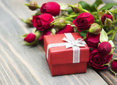 Red roses  and gift box — Zdjęcie stockowe