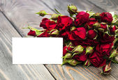 Red roses  and greeting card — Стоковое фото