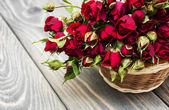 Rote rosen im korb — Stockfoto