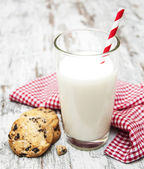 Chocolate chip cookie and glass of milk — Stock Photo