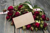 Red roses  and greeting card — Stok fotoğraf