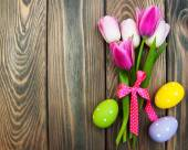 Pink tulips and easter eggs — Stock Photo
