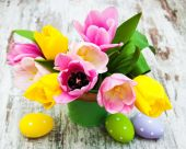 Bucket with colorful tulips and easter eggs — Stock Photo