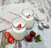 Strawberry fruit yogurt with fresh strawberries — Stock Photo