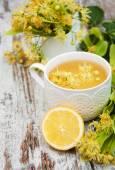 Травяной чай с цветами липы — Стоковое фото