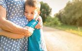 Vnuk objímala jeho babičce venku — Stock fotografie