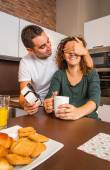 Man with gift box closing his girlfriend eyes for a surprise — Stock Photo