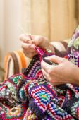 Mãos de mulher tricotando uma colcha de lã vintage — Fotografia Stock