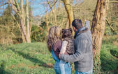 Ehepaar mit ihrer kleinen Tochter Waldlandschaft genießen — Stockfoto