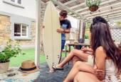 Красивые женщины, весело в классе серфинга — Стоковое фото