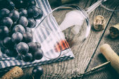 Wine glass and grapes — Stock Photo