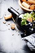 Bottle of red wine with fresh grape — Foto de Stock