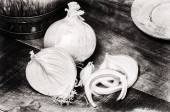 Fresh onions in rustic setting — Stock Photo