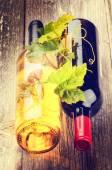 赤と白ワインのボトル — ストック写真