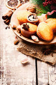 Christmas setting with cupcakes — Stok fotoğraf