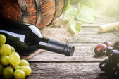 Rustic setting with red wine and fresh grape — Stock Photo