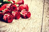 Bouquet of red roses on grunge background — Stockfoto