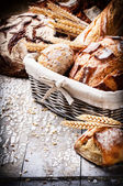 Freshly baked bread in wicker basket — 图库照片