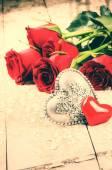 Sevgililer ayarı ile kırmızı gül buketi — Stok fotoğraf