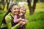 母親と少女が屋外タンポポを吹く — ストック写真