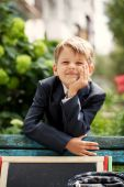 Smiling school boy  in the green park, sunny day — Stock Photo