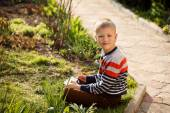 Young boy outdoors on the grass at backyard using his tablet com — Stock Photo