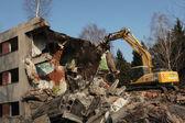 Demoliční bagr v Milovicích. — Stock fotografie