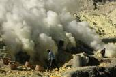 Sulphur mines in East Java — Stock Photo