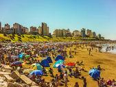 Praia lotada em mar del plata — Fotografia Stock