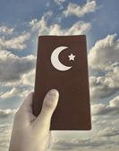 Mão segurando o livro islâmico — Fotografia Stock