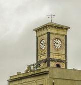 Horloge en haut d'un immeuble — Photo