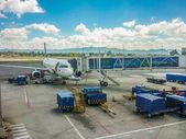 Medellin havaalanında park uçak — Stok fotoğraf
