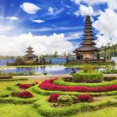Spiritual Bali. Ulun Danu temple in lake — Stock Photo