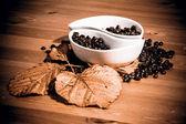 Tazze con chicchi di caffè su un tavolo di legno — Foto Stock