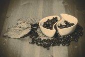 Tassen mit kaffeebohnen auf einem holztisch — Stockfoto